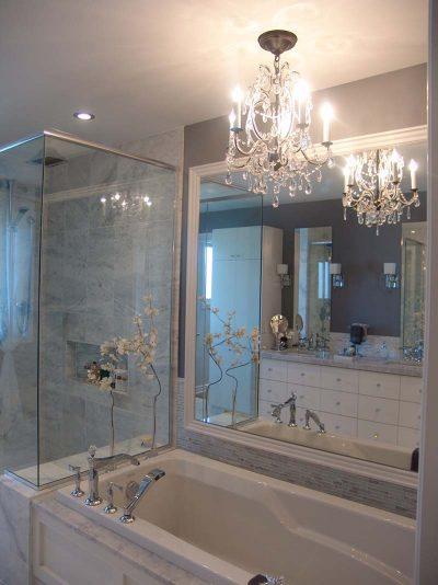 Éclairage de salle de bain aménagée par Signé Labelle