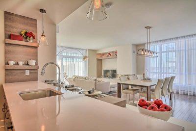 Espace à aire ouverte avec cuisine, salle à manger et salon conçue par Julie Labelle, designer d'intérieur chez Signé Labelle.