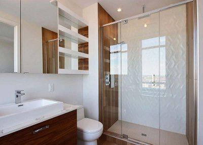 Salle de bain moderne et raffinée conçue et réalisée par Signé Labelle