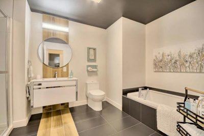 Salle de bain invitante aux lignes simples et raffinées dessiné et réalisée par Julie Labelle de Signé Labelle