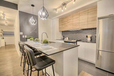 Vue du couloir et de la cuisine aménagés par l'équipe de stylistes de Signé Labelle.