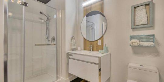 La designer Julie Labelle et son équipe ont aménagé cette salle de bain aux allures scandinaves.