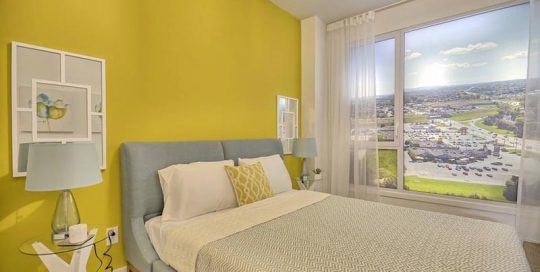 Chambre à coucher colorée et minimaliste conçue par Signé Labelle