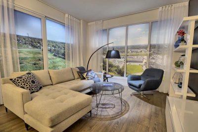 Salon décoré avec habillage de fenêtre vaporeux et éclairage d'appoint réalisé par Signé Labelle