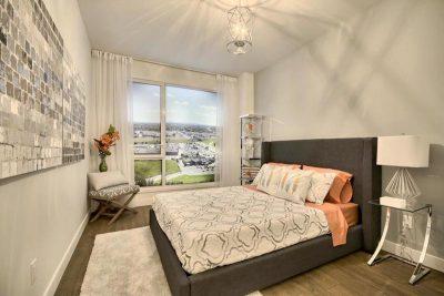 Chambre à coucher dans un condominium stylisée par Signé Labelle
